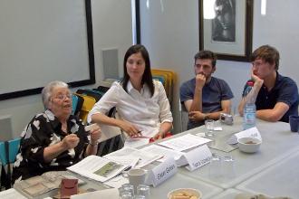Ester Golan mit Freiwilligen der ASF in ihrer Jerusalemer Wohnung