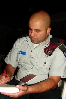 Arye Shalicar Sharuz signiert sein Buch