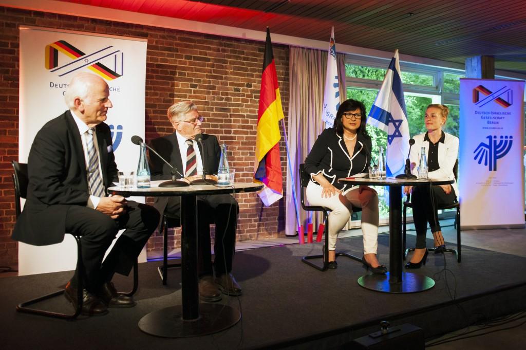 Jochen Feilcke, Walter Sylten, Maya Zehden und Annina Schmidt beim 50-Jährigen Jubiläum der DIG (© Margrit Schmidt)